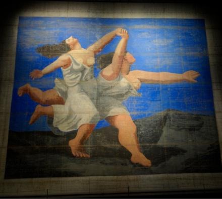 這幅由畢加索繪畫〈藍色列車〉的大布景,今次展覽的主要靈感,兩名半祼女子自由奔放的形象,呈現出煥然一新的女人世界,這個正是Coco Chanel的精神。