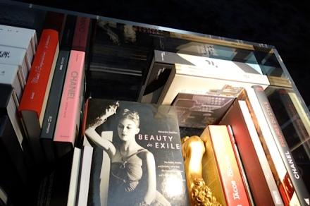 展覽場地庫設有一個Chanel圖書館,內藏多年來Coco Chanel和品牌推出過的書籍,全部均是非賣品,不過大家逛完展覽後,可以靜靜地坐下來邊休息邊細閱每本珍藏。