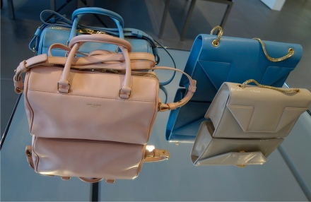 Saint Laurent罕有地推出柔和的粉色手袋系列,相信必定能打動大部份女士們的芳心。