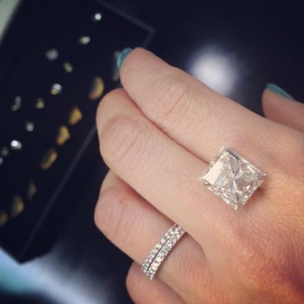 在周大福Zlotowski切割工場了解鑽石打磨和切割技巧,當然要親身感受一棵十卡美鑽發揮的懾人魅力。