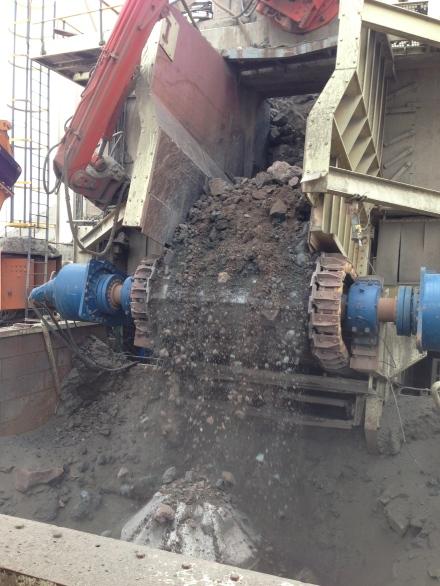 其開採所得的礦物被大型剷泥車分批運到運輸管道中,被多重攪碎細磨後,經由自動化機器把它們分類,搜集猶如微塵的鑽胚,令人深深體會鑽石的稀有程度。