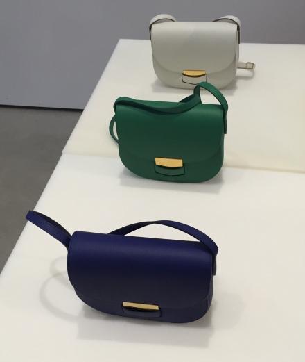 講到小手袋,不得不提TROTTEUR的classic boxy bag,牛皮製成的手袋非常輕巧,還有多個顏色選擇。