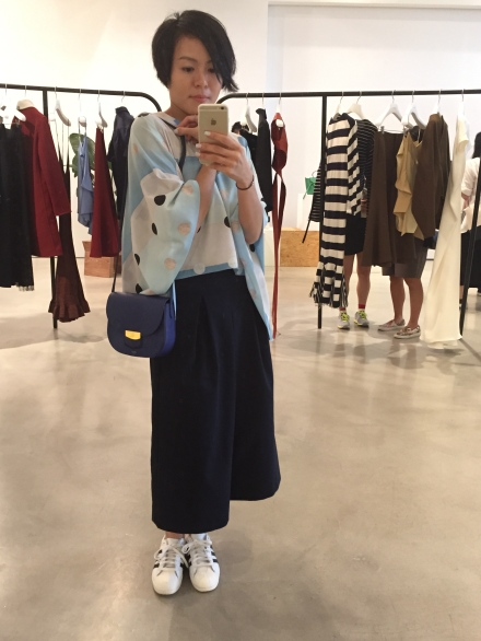 不知為何我對藍色手袋特別情有獨中,其實翡翠緣色也很美呢!